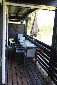 Sitzen und genießen auf dem Balkon mit wunderschöner Aussicht